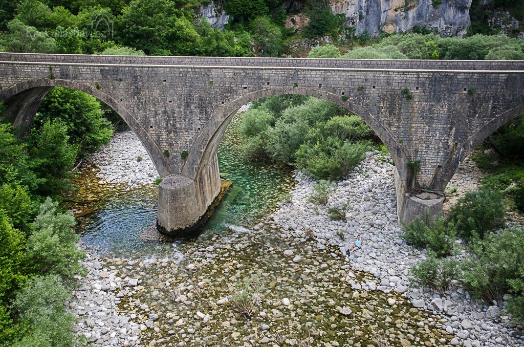 ... moderní doprava si už vyžádala kvalitní silnici a starý kamenný most nahradil v těsné blízkosti most nový...