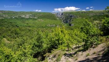 ... z cesty obdivujeme panoramata k vesnici Monodendri a kaňon Vikos ...