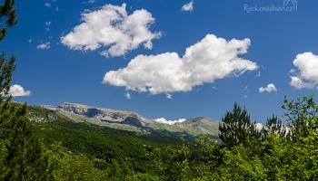 ... i na zbytky sněhu v pohoří Tymfi na obzoru ...