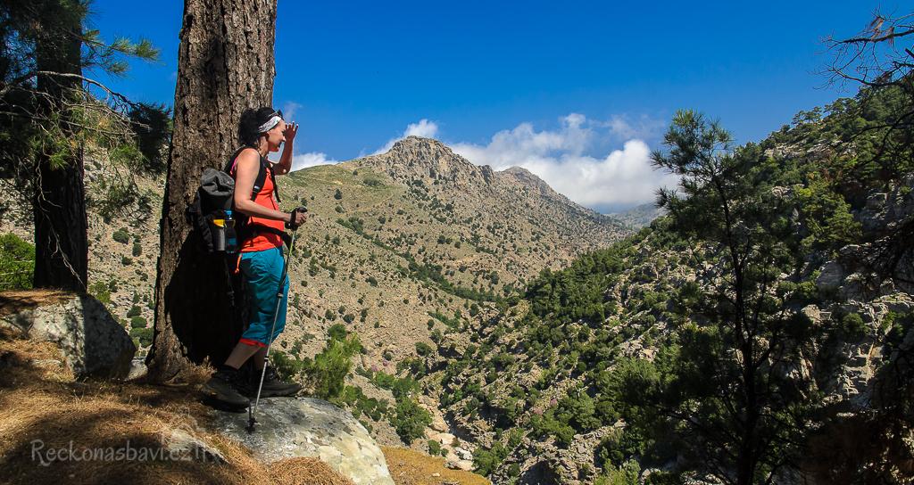 Náš trek začíná u vesnice Profitis Ilias. Pohled z horní části...