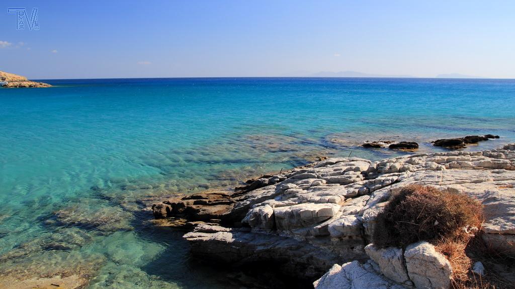 pobřeží u Maganari beach - Egejské moře se zde barví do tyrkysova