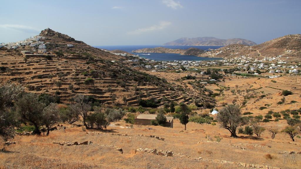 Vnitrozemí ostrova - pohled na zátoku přístavu Ormos, v dálce se rýsuje ostrov Sikinos