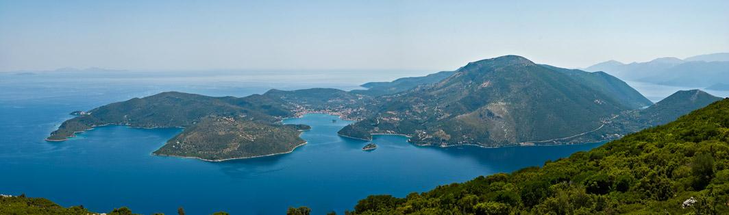 Hlavní město Vathy (Hluboká). A zátoka opravdu proniká do nitra ostrova pěkně hluboko.