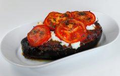 Imám baildi - zapékaný lilek s dušenou cibulí, rajčaty a sýrem
