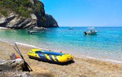 Nafukovací člun - výzva pro pěšky nedostupné pláže Korfu